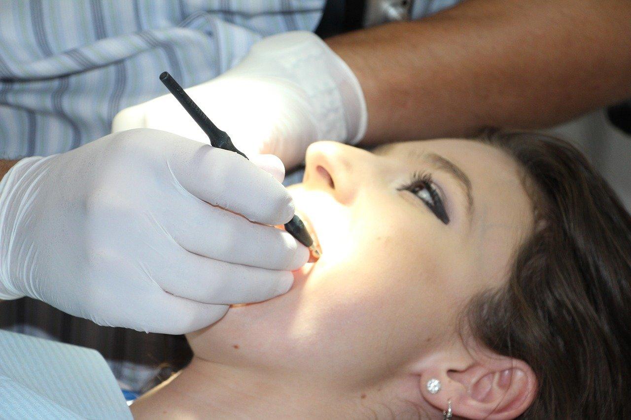 Jak zadbać o zęby w ciąży i dlaczego są z nimi takie problemy?