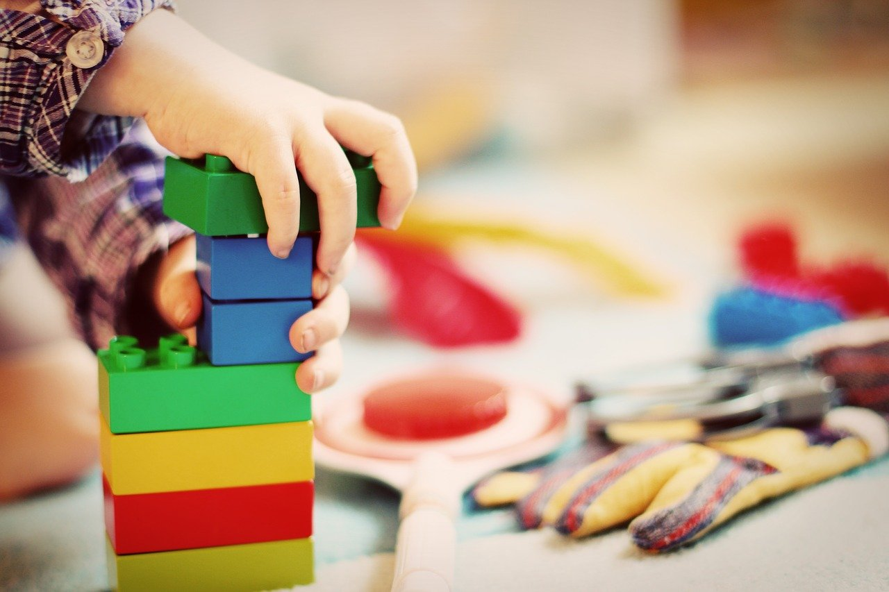 Najlepsze zabawki dla dziecka, które nie skończyło 6 miesięcy. Sprawdź, jakie zabawki kupić.