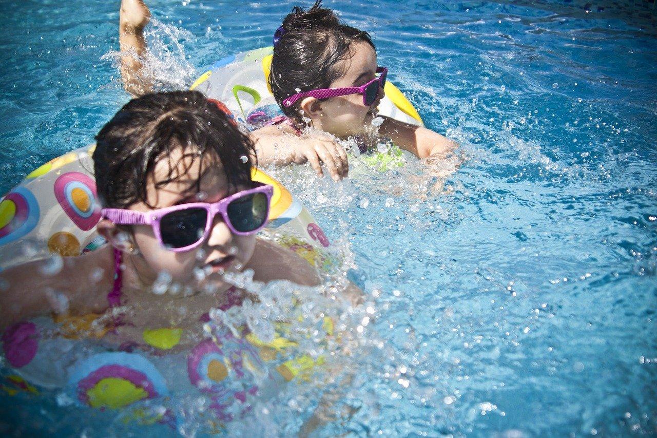 Lato z niemowlakiem i małym dzieckiem – basen, piaskownica, kocyk i inne pomysły na zabawy ogrodowe.
