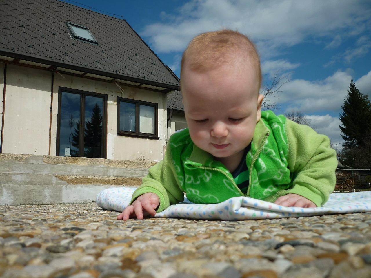 Jak chronić niemowlę i dziecko przed słońcem?