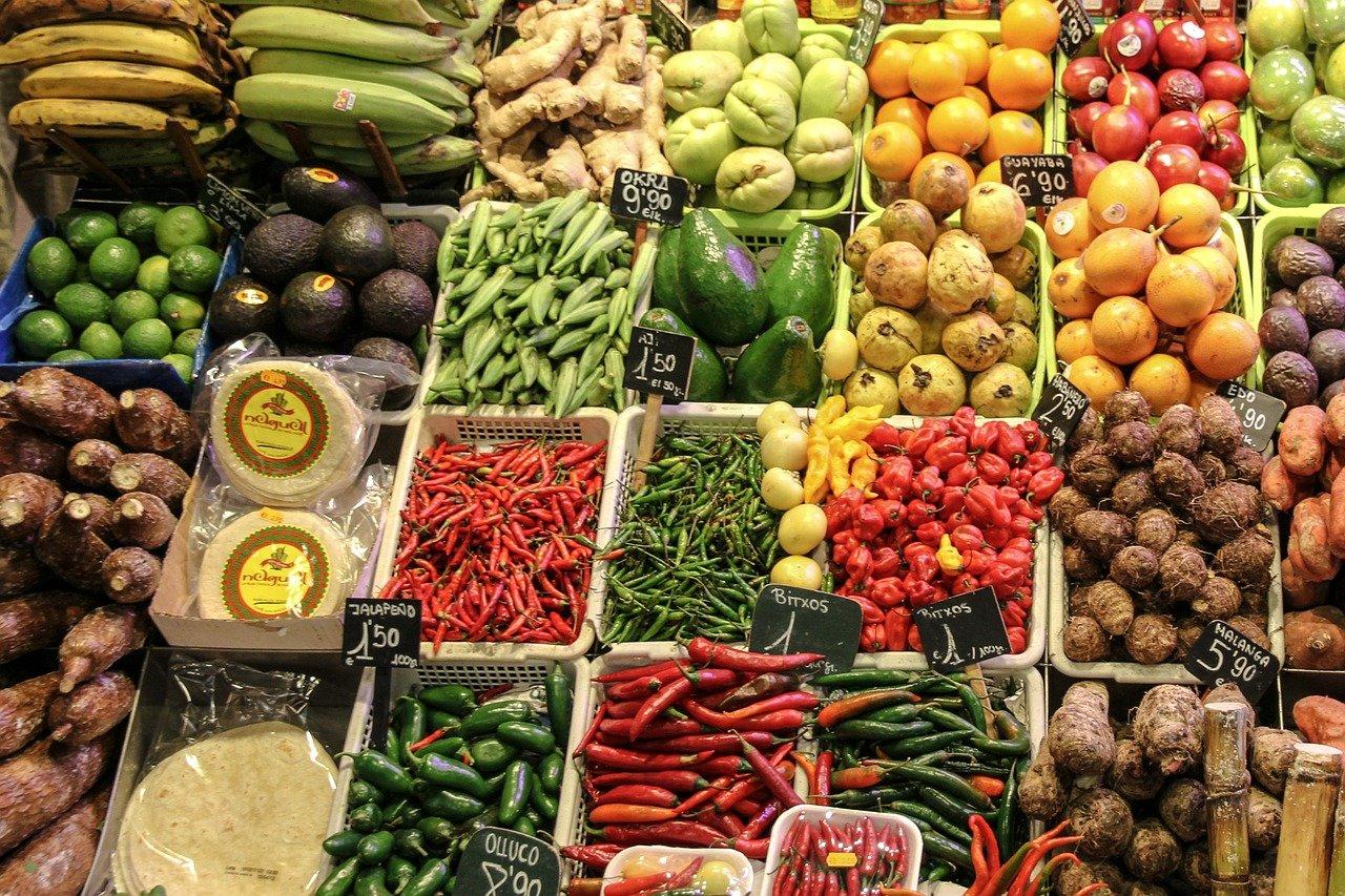 Czy owoce i warzywa w sklepach na pewno są zdrowe? Gdzie kupować jedzenie dla dziecka?