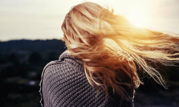 Włosy w ciąży i po niej – jak o nie dbać?